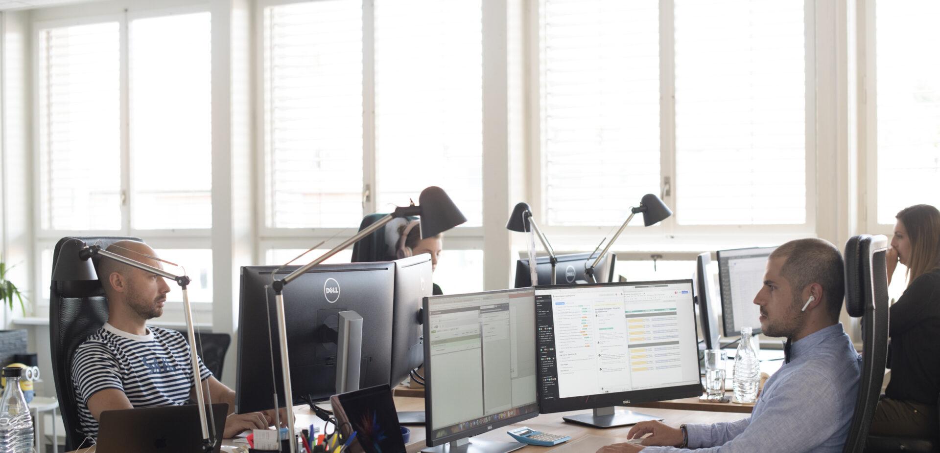 ads&figures Mitarbeitende bei der Arbeit im Büro