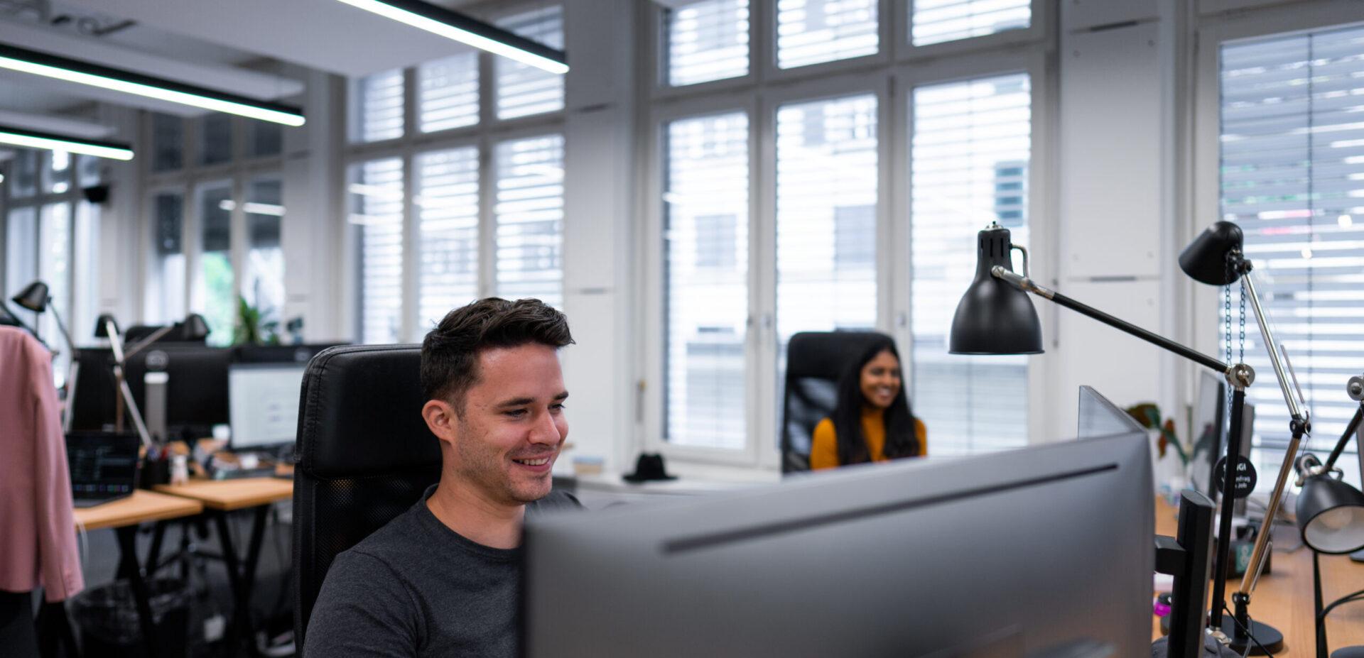 ads&figures Mitarbeitende arbeiten am Bildschirm