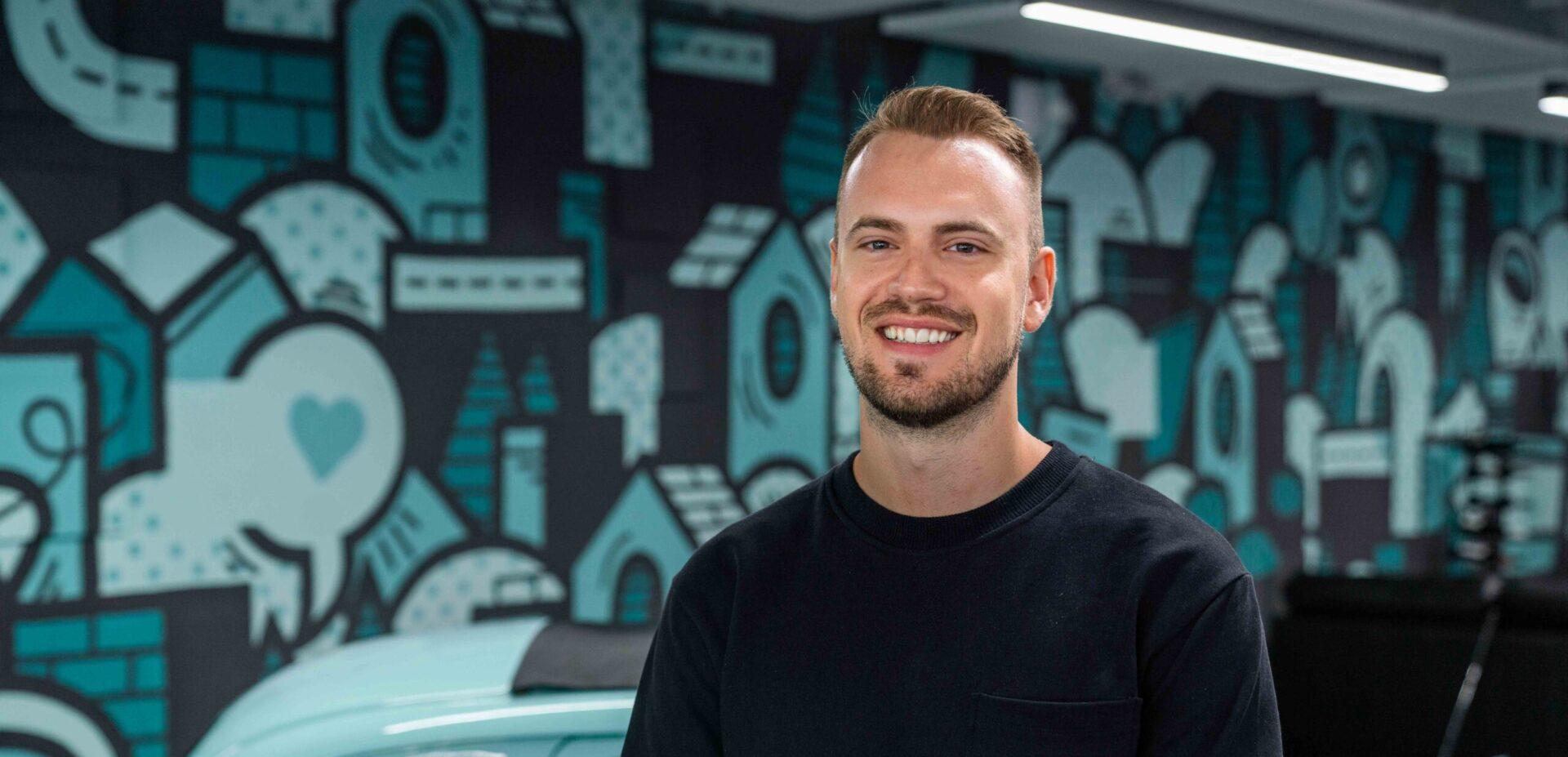 Portrait von ads&figures Mitarbeiter Simon Kobel im Büro
