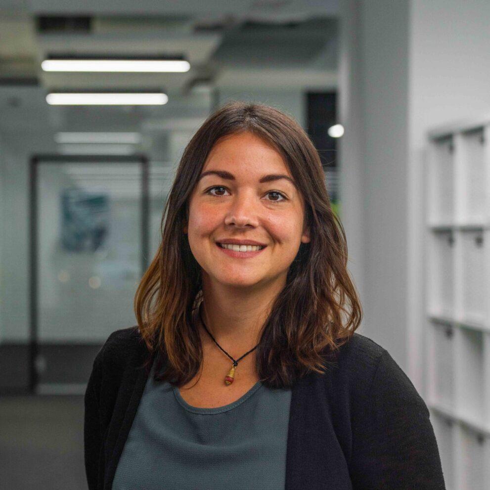 Portrait von ads&figures Mitarbeiterin Deniz Akman im Büro
