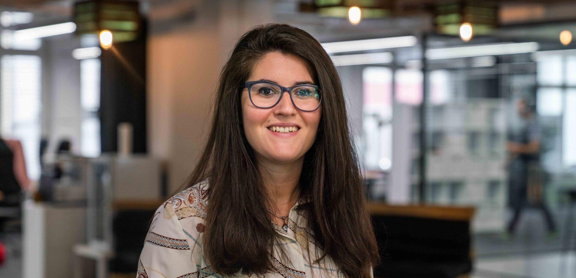 Portrait von ads&figures Mitarbeiterin Gloria Mihaljevic im Büro