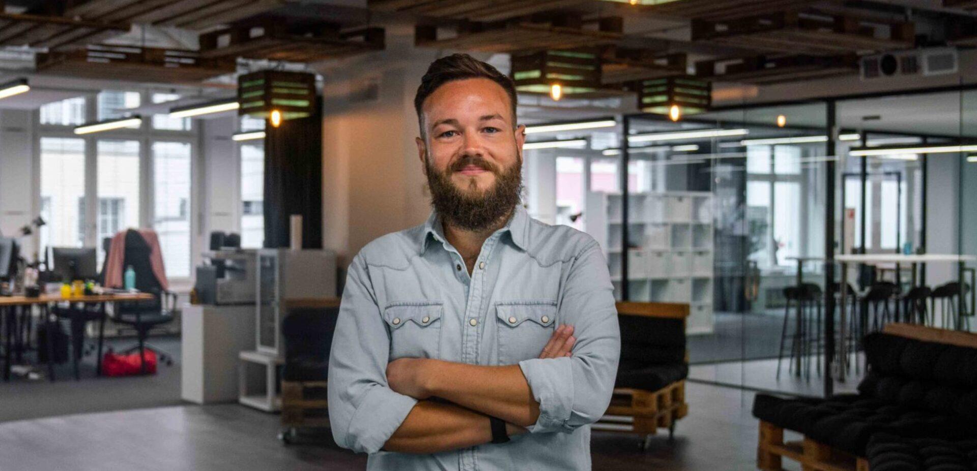 Portrait von ads&figures Mitarbeiter Simon Schütz im Büro