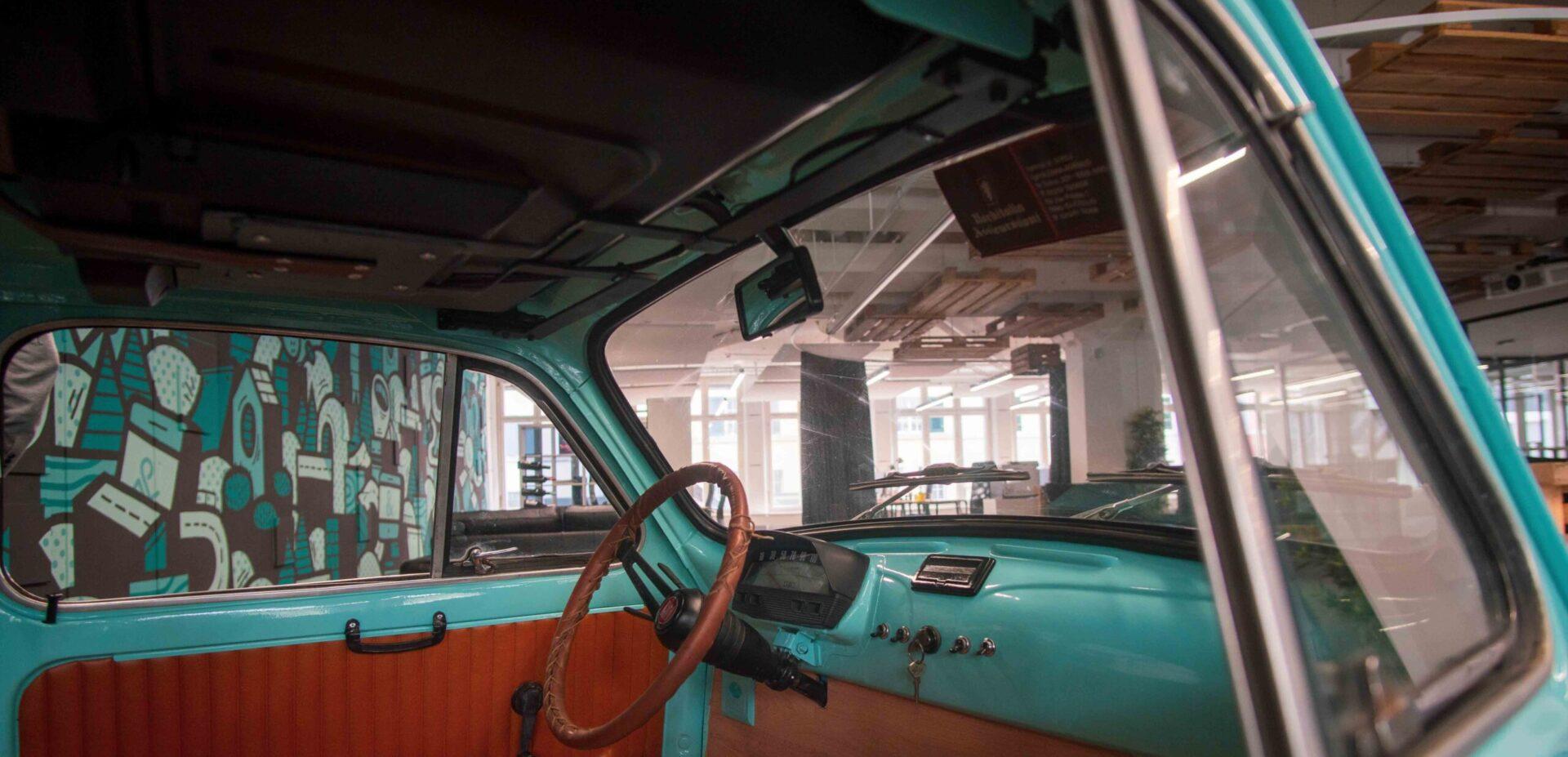 Innensicht des Fiat 500 im Büro von ads&figures