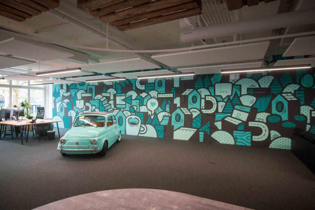 Fiat 500 vor dem Kunstwerk bei ads&figures
