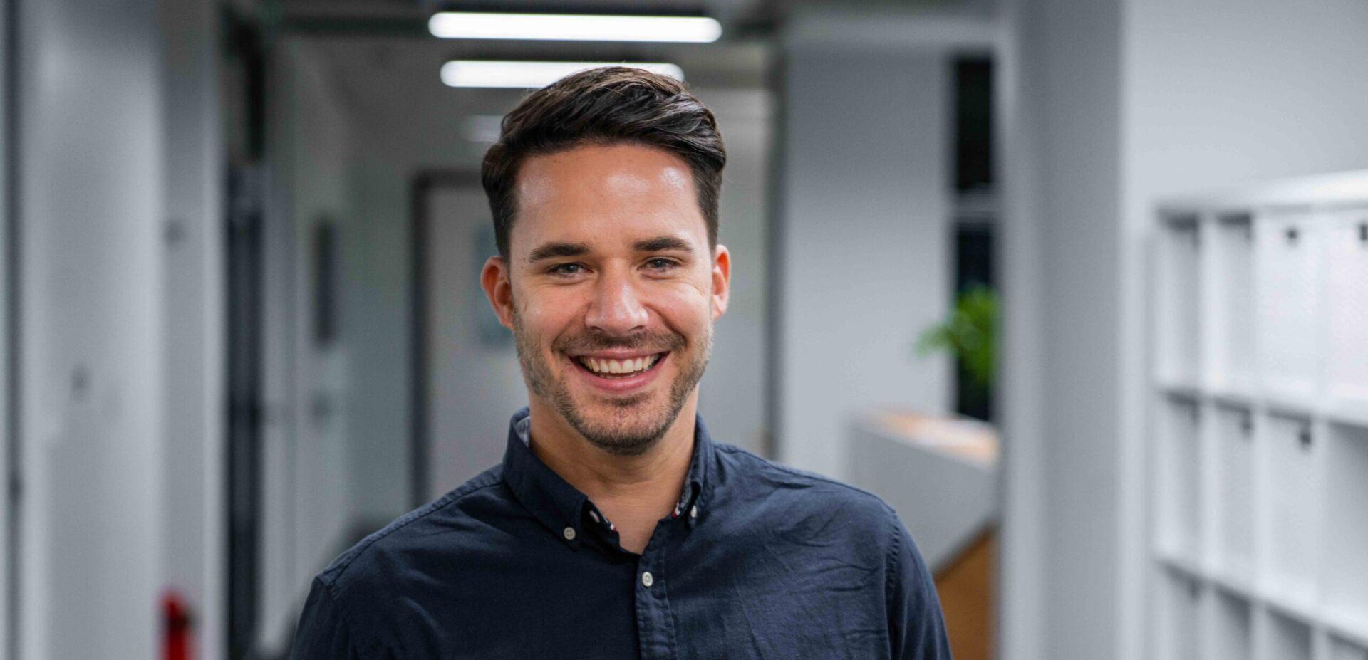 ads&figures Mitarbeiter Andreas Bächtold im Büro