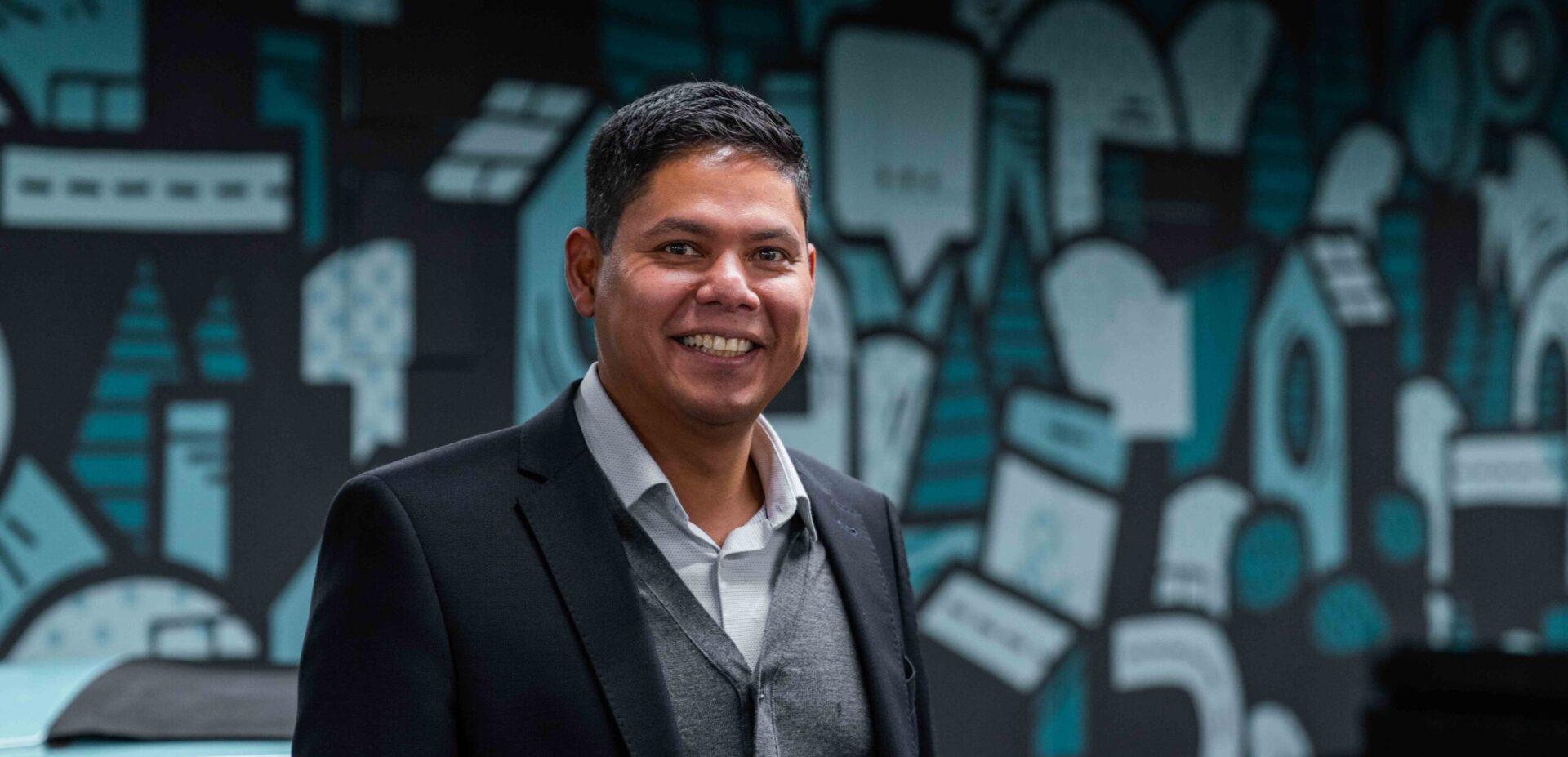 Portrait von ads&figures Mitarbeiter Andres Aguirre im Büro