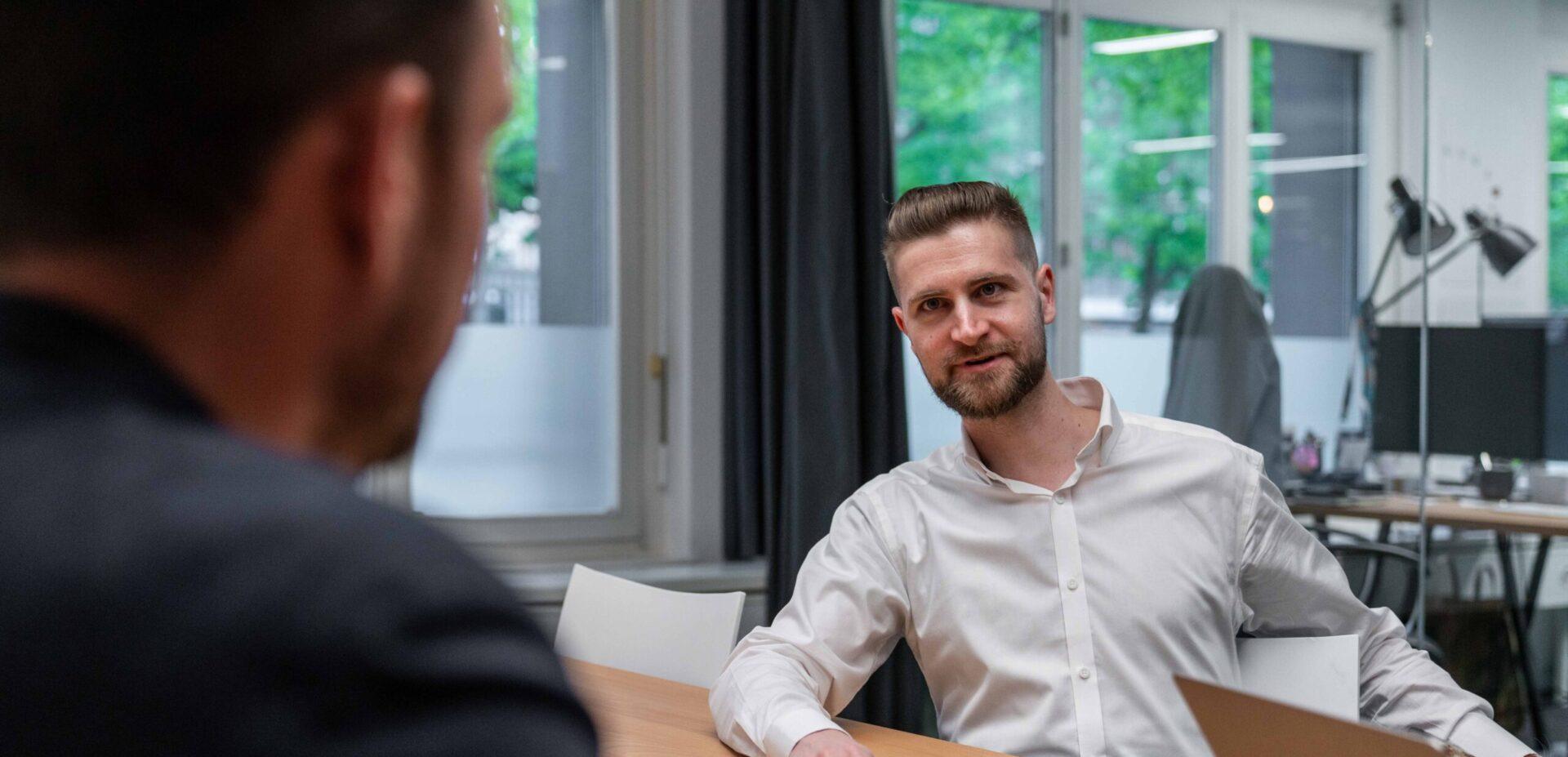 ads&figures Mitarbeiter René Linder bei einer Besprechung