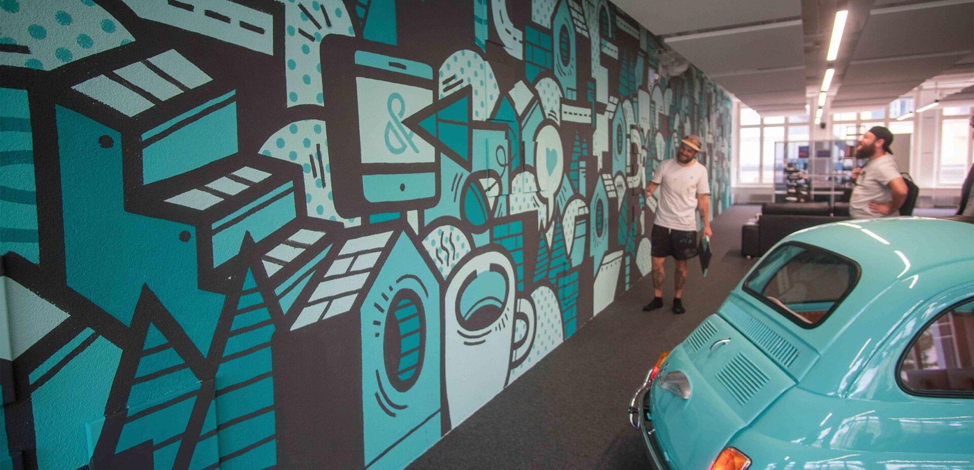 Dominik Rüegg im ads&figures Büro vor seinem Kunstwerk