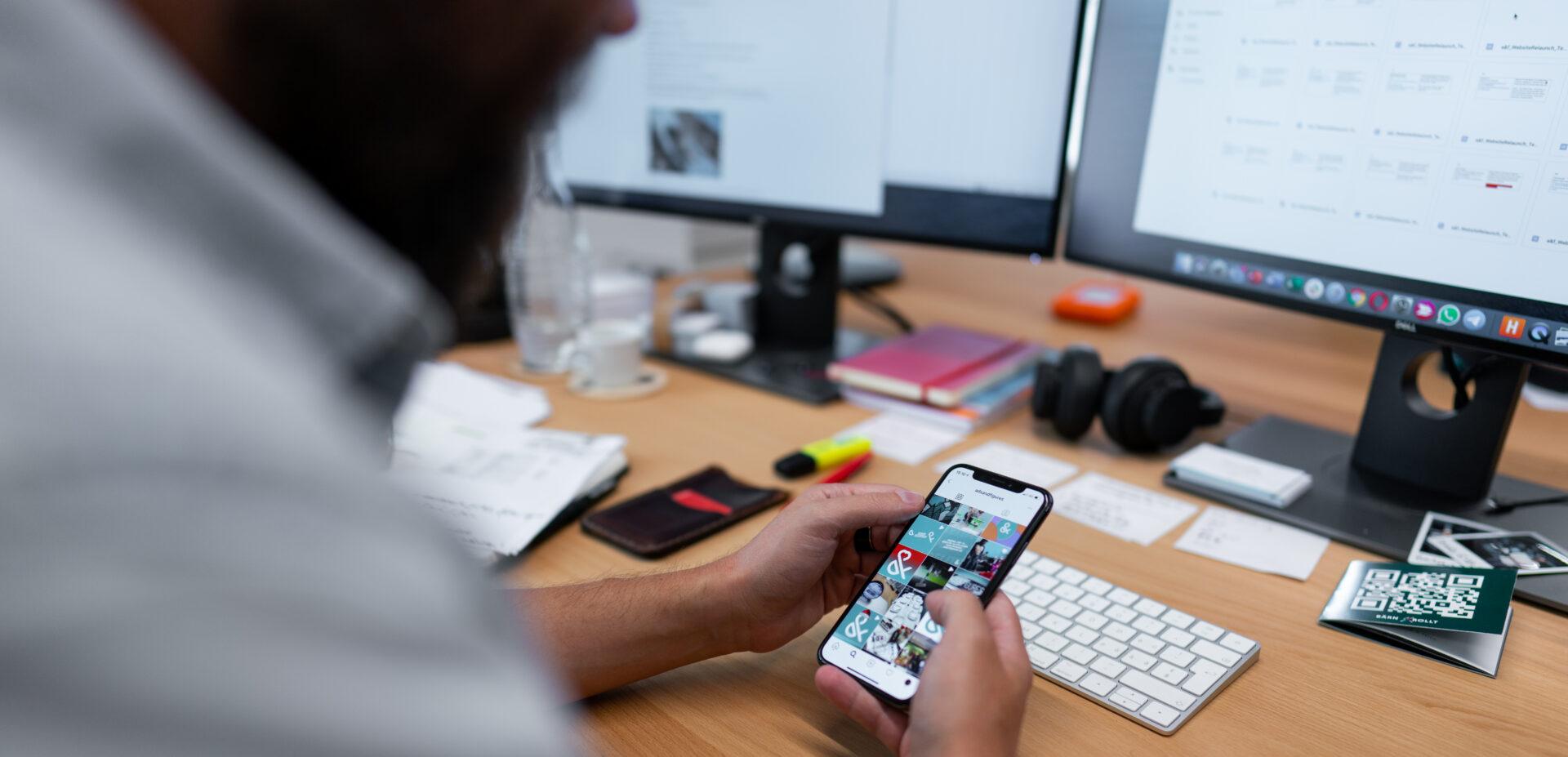 ads&figures Mitarbeiter Simon Schütz arbeitet an Instagram