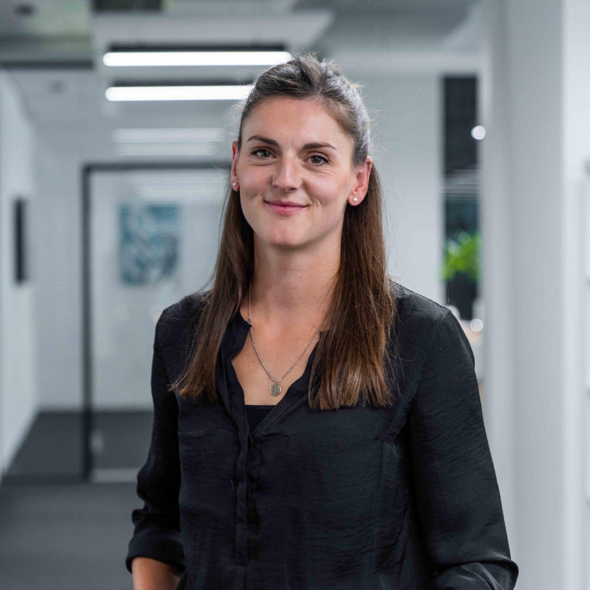 ads&figures Mitarbeiterin Céline Lehmann im Büro