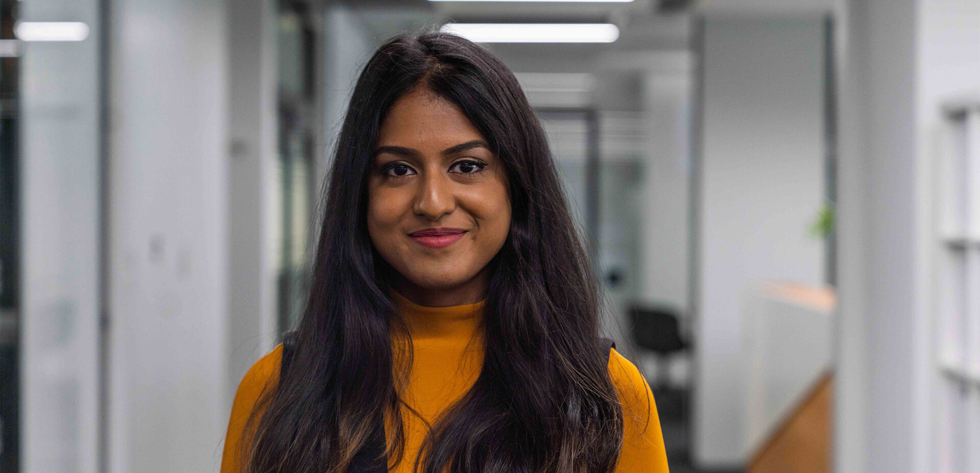 Portrait von ads&figures Mitarbeiterin Changeetha Chanderesegaran im Büro