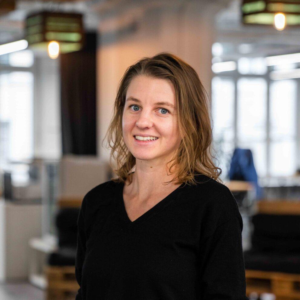 ads&figures Mitarbeiterin Janine Wiedemar im Büro