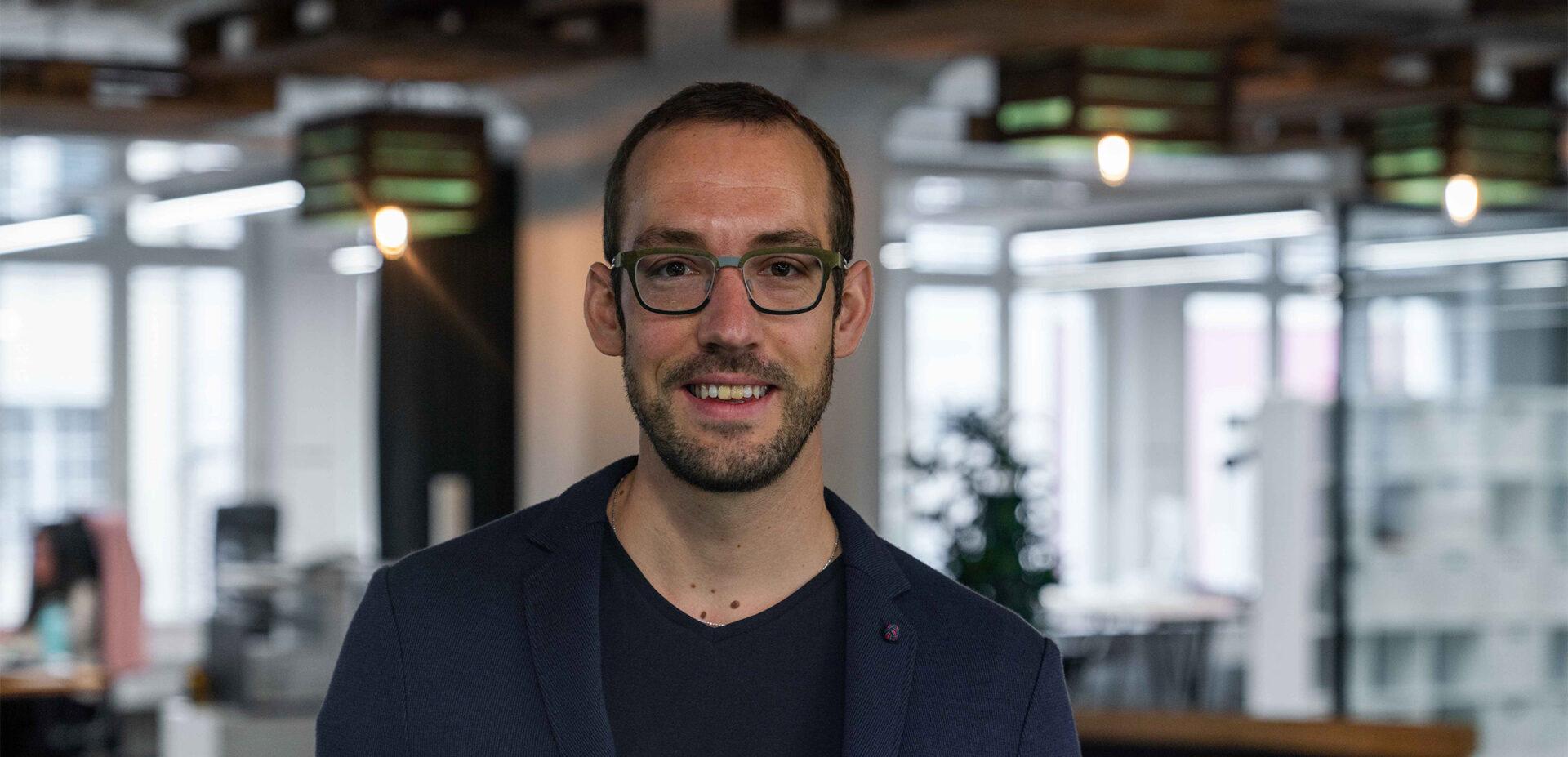 Portrait von ads&figures Mitarbeiter Simon Waber im Büro