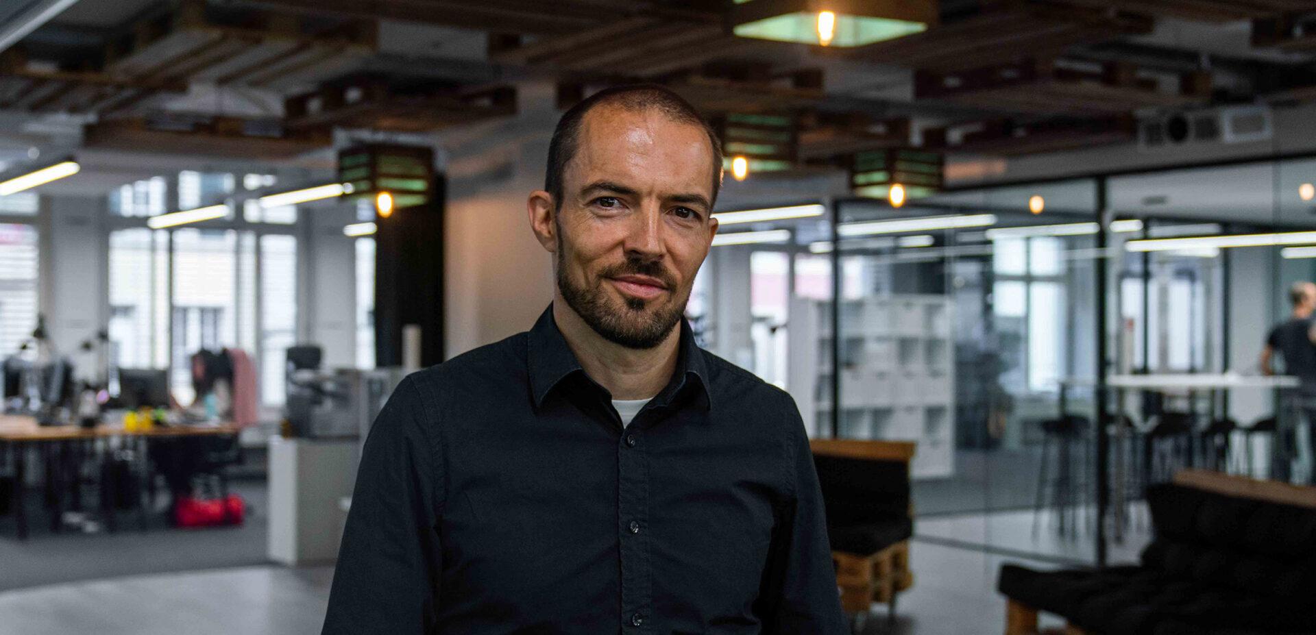 Portrait von ads&figures Mitarbeiter Tom Wyss im Büro
