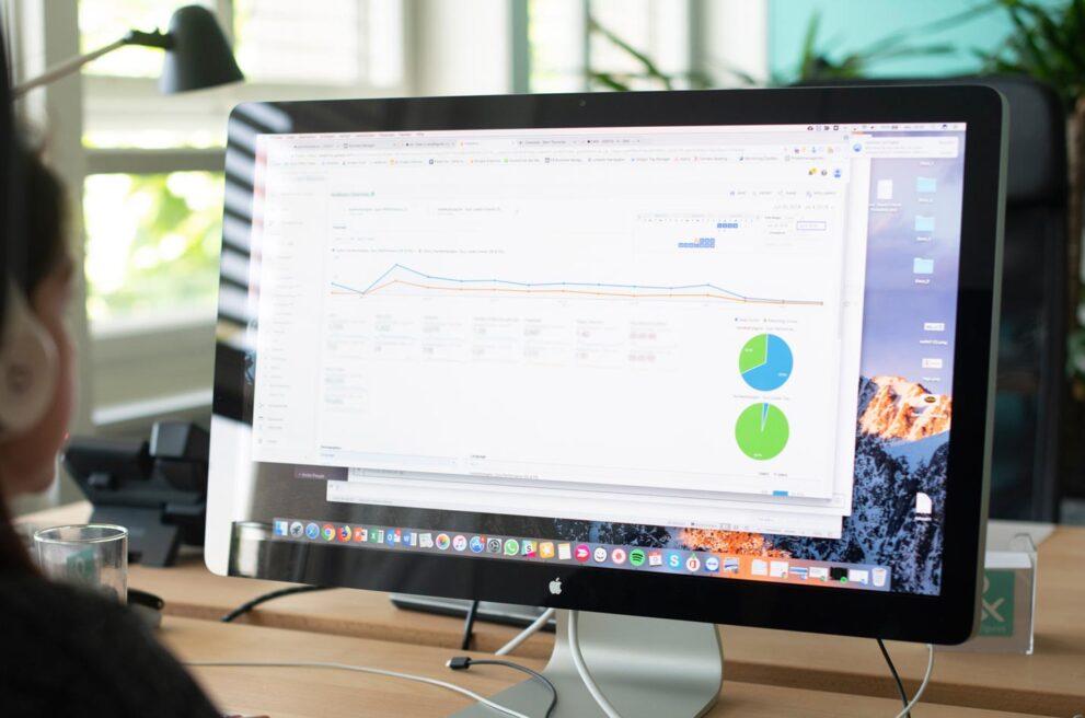 ads&figures Mitarbeiterin arbeitet an einem Bildschirm
