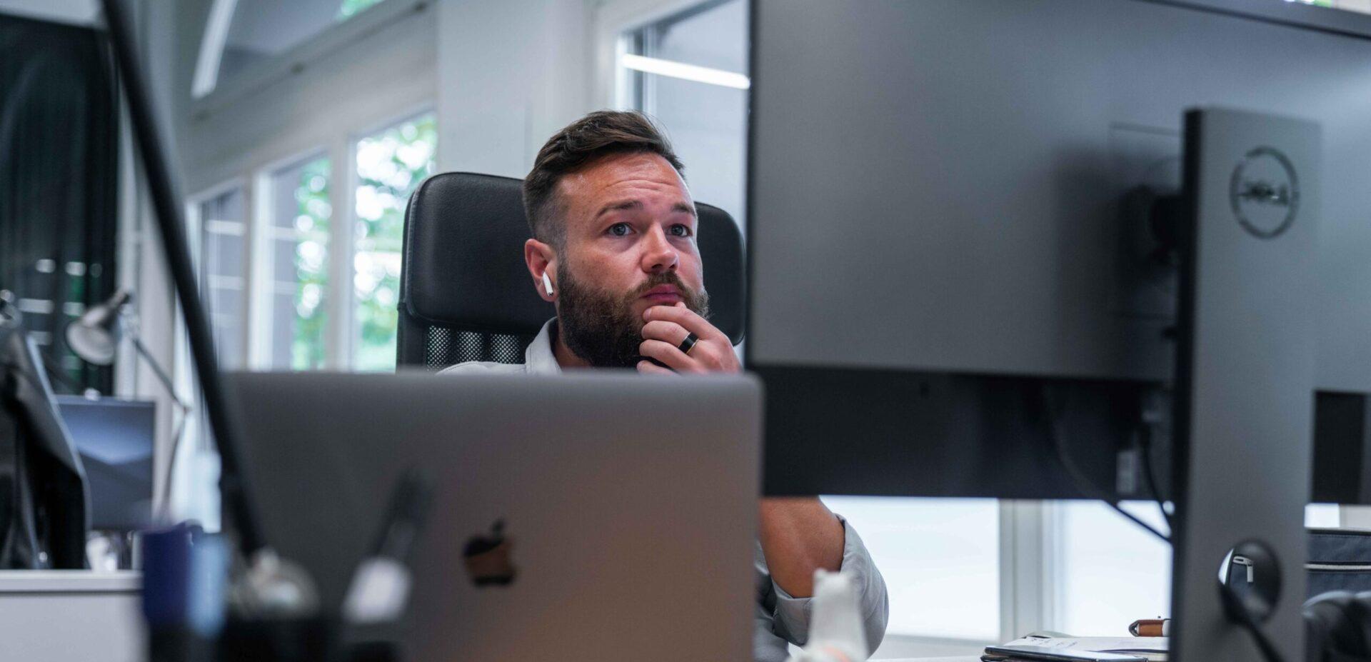 ads&figures Mitarbeiter Simon Schütz arbeitet am Bildschirm
