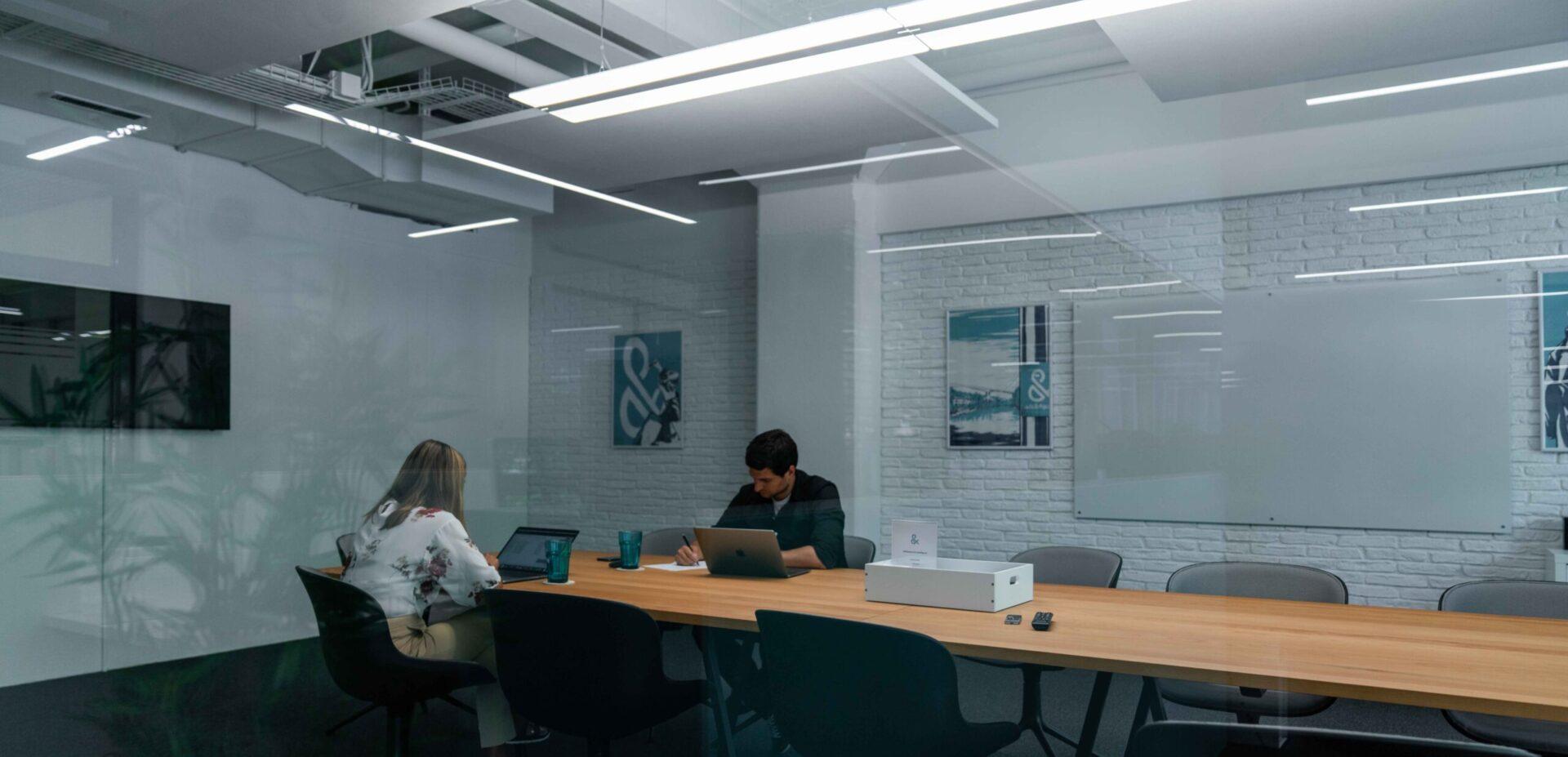 ads&figures Mitarbeitende bei einer Besprechung im Sitzungszimmer