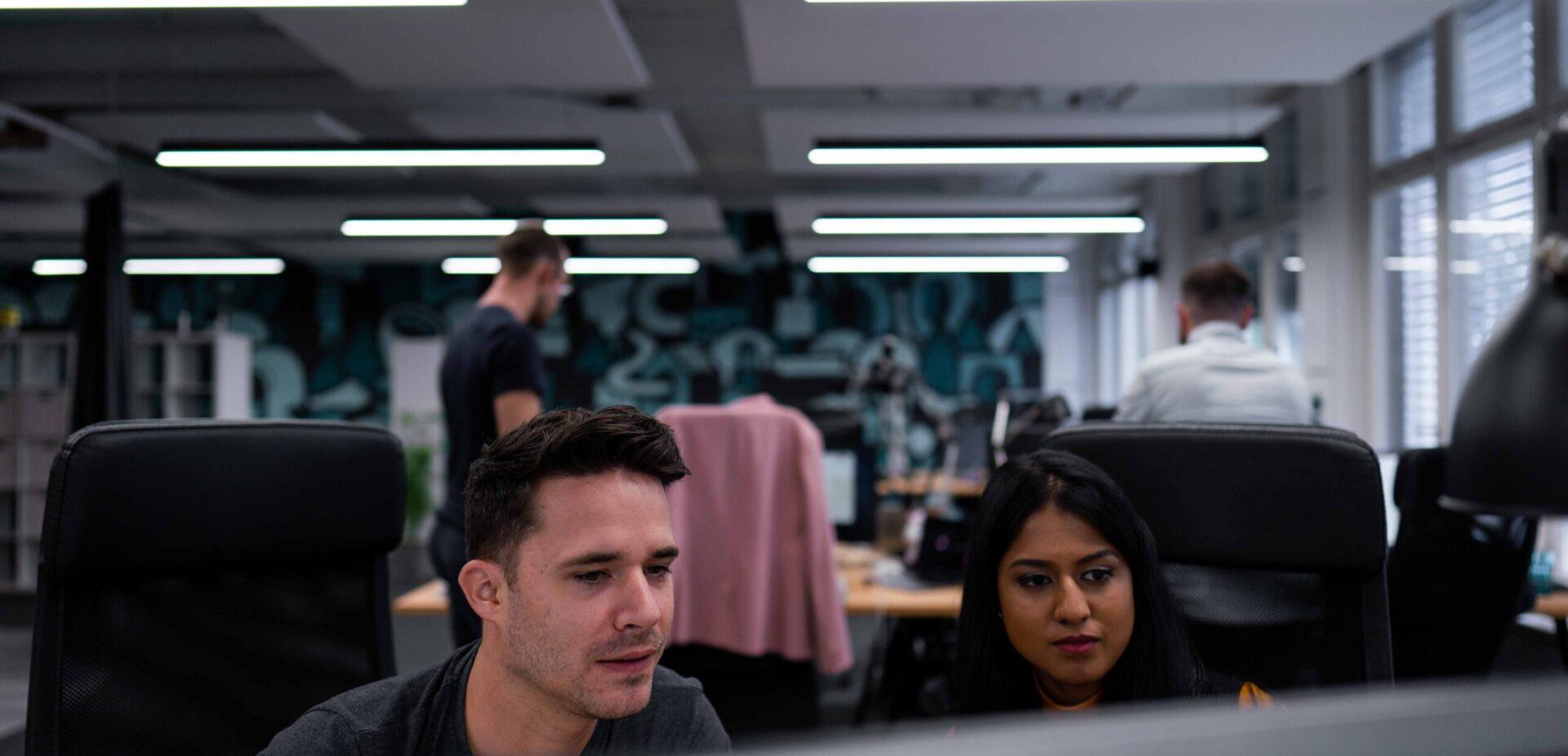 ads&figures Mitarbeitende bei einer Besprechung im Office