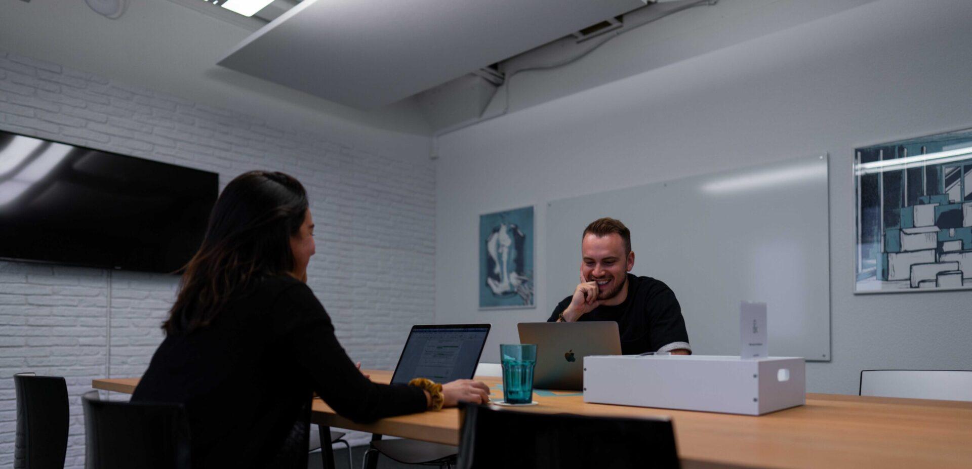ads&figures Mitarbeitende im Sitzungszimmer
