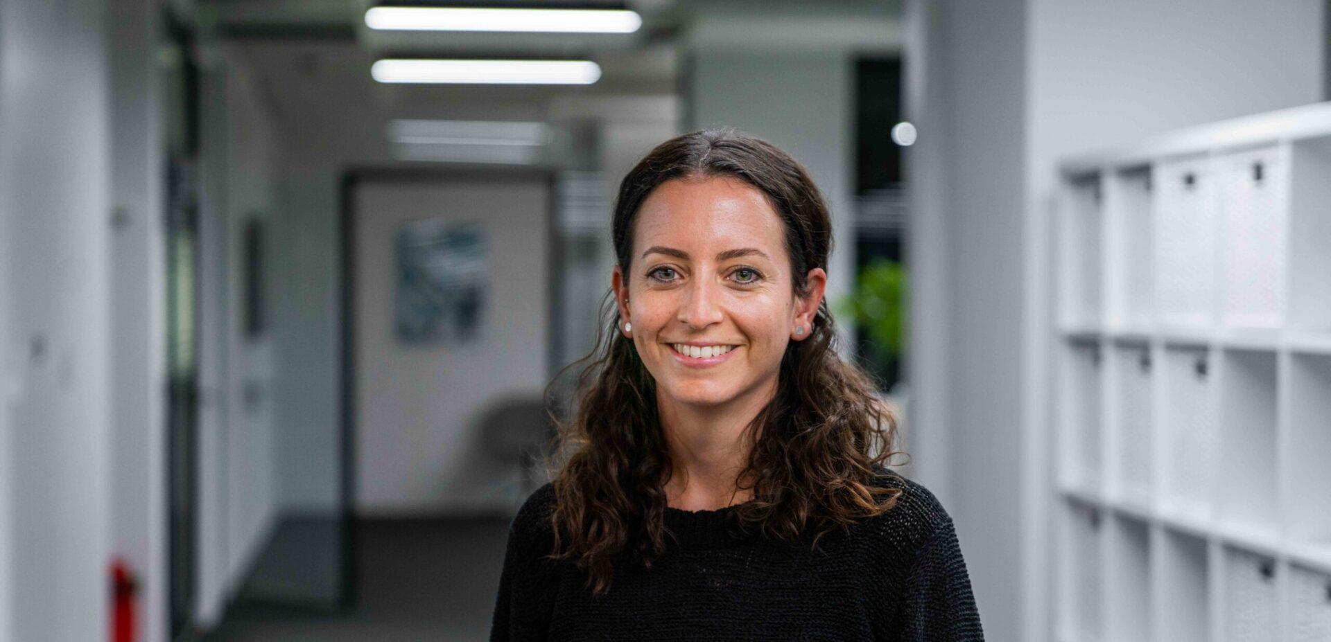 Portrait von ads&figures Mitarbeiterin Laila Acher