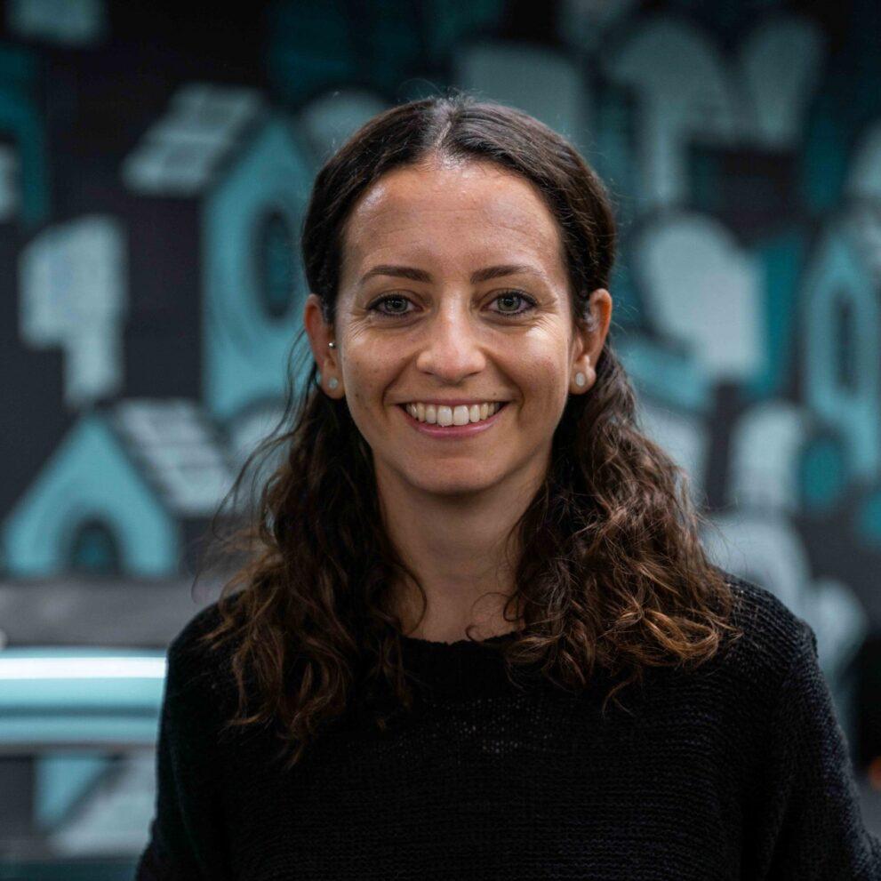 Portrait von ads&figures Mitarbeiterin Laila Acher im Büro