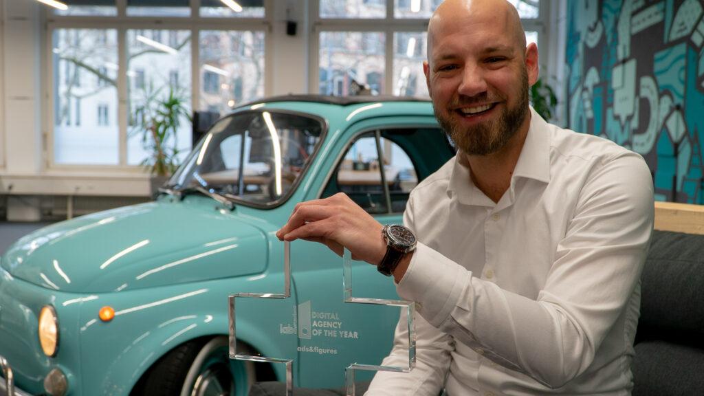 ads&figures CEO Fabian Wydler mit dem Pokal